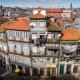 Belebte Hausfassade in Porto